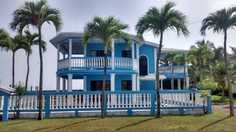 Preciosa Casa en Venta frente al mar en Omoa, Cortes