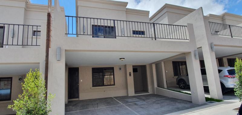 Casa de 2 pisos, en el primero: sala, cocina, comedor y área de lavandería. En el segundo: 3 dormitorios, 2.5 baños, un walk in closet en el principal, terraza y cisterna