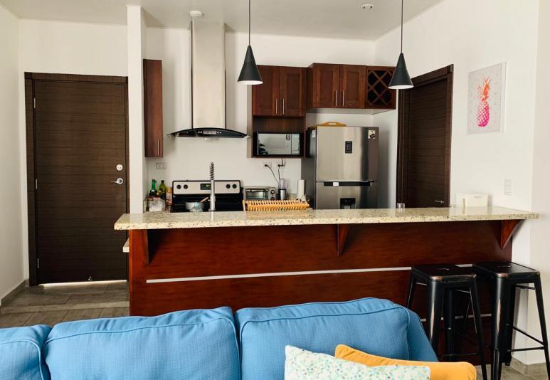 Consta de: 2 habitaciones, 2 baños, sala, comedor, cocina, área de lavandería, 2 estacionamientos, complejo con lindas áreas sociales. $980.00 incluye seguridad y mantenimiento.