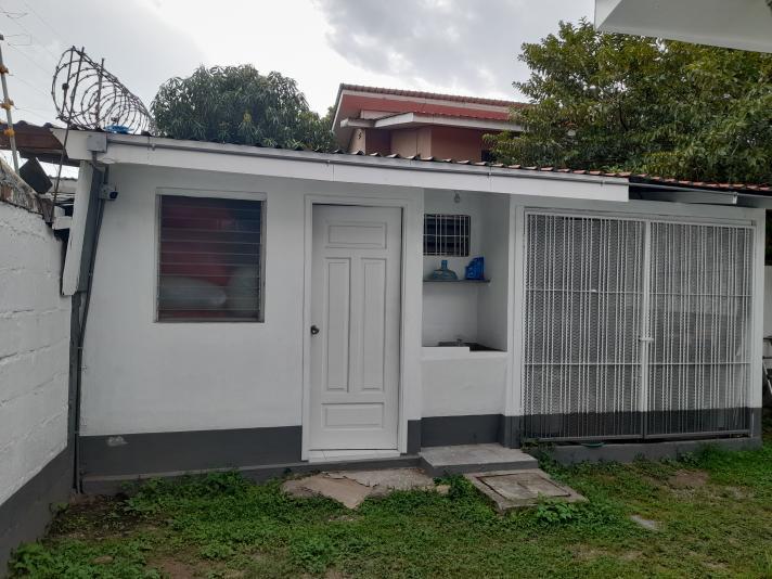 Se vende casa en Jardines Del Valle – Lps 4,300,000 - 532.45 sala, comedor, cocina, 4 habitaciones, 2 baños completos, cuarto servidumbre, área de lavandería, 2 bodegas, rotoplast, garage para vehículos.