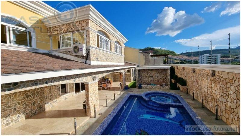 Casa amplia, invitadora y exotica con piscina en El Sauce, ubicada en calle tranquila, callada y sin salida con cero trafico<br /> <br /> DESCRIPCION Area de terreno aproximada: 1150 v2 Area de construccion aproximada: 750 m2 Habitaciones: 5 con ba&ntilde;o y closet Ba&ntilde;os completos: 5 Ba&ntilde;o de visitas: 2 Amplia sala Amplio comedor Cocina con isla, muebles y top de granito Sala familiar con datashow de 150 pies con control remoto Sala privada anexa despues de la sala familiar Piscina Porch trasero techado para reuniones sociales que colindan con la piscina Area de lavanderia Dormitorio de motorista / guardia con ba&ntilde;o privado Dormitorio de empleada con ba&ntilde;o privado NOTA: Una de las habitaciones se encuentra en la primera planta y puede funcionar perfectamente para oficina en casa, gimnasio o para una persona que no sube gradas<br /> <br /> DETALLES Pisos de marmol y travertino Tops de granito Aire acondicionado en todas las habitaciones Ventiladores de techo en las habitaciones Sistema de 16 camaras de seguridad con grabador 2 fuentes de agua Sistema de sonido en toda la casa Cerco electrico alrededor de toda la casa 2 calentadores de agua generada por gas Jacuzzi en habitacion principal Ventanas de PVC Porton electrico Chimbo de gas de 300 galones Trabajos detallados en tabla yeso en los techos Iluminacion LED La habitacion principal tiene aire acondicionado central Cisterna grande<br /> <br /> CERCA DE: Universidad Catolica Escuelas bilingues Pricesmart Walmart
